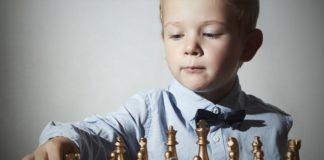 Criança jogando Xadrez