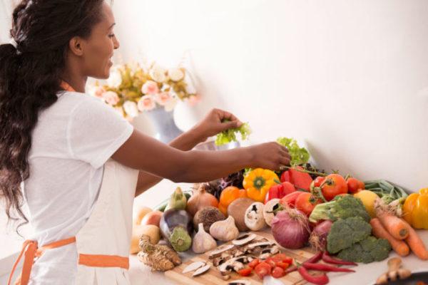 Mulher escolhendo legumes perfeitos