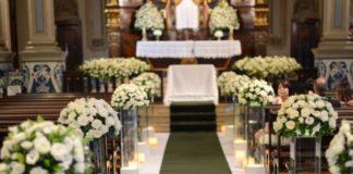 decoração do caminho do altar com flores brancas